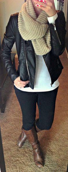 adoro este...  blusa blanca, pantalón negro, chamarra negra, bufanda beige, botas cafes