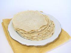 Tortillas sans gluten avec de la farine de maïs nixtamalisée (maseca)  Pour environ 8 tortillas de 12-15cm de diamètre  140g de farine de maïs 160g d'eau 2 pincées de sel