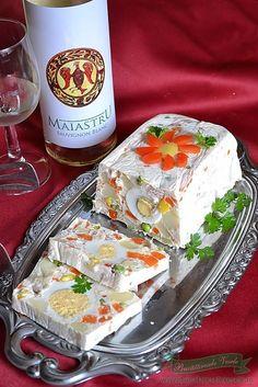 Va prezentam si azi o rulada aperitiv festiva usor de preparat ce ar sta foarte bine pe masa de Revelion sau Craciun impresionand atat prin aspect cat si prin gust musafirii sau familia. Rulada este usor de preparat ingredientele se gasesc la indemana oricui si este de efect. Suntem sigure ca rulada va fi pe Appetizer Sandwiches, Appetizer Recipes, Appetizers, Thai Salat, Seafood Recipes, Cooking Recipes, Romanian Food, Food Obsession, Food Goals