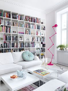 jielde rose fluo, pop colors, home , living room with a big library , bibliothèque murale dans le salon