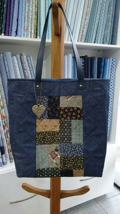 Use strips of Liberty of London for the base. Note the tic Quilted Tote Bags, Denim Tote Bags, Denim Handbags, Diy Tote Bag, Fabric Handbags, Patchwork Bags, Fabric Bags, Artisanats Denim, Diy Bags Purses