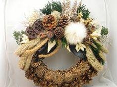 """Képtalálat a következőre: """"koszorúk mindenszentek"""" Rustic Christmas, Christmas Wreaths, Xmas, Sympathy Flowers, Door Wreaths, Holidays And Events, Burlap Wreath, Flower Arrangements, Diy And Crafts"""