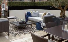 Belgravia roof terrace photo showing lounging area and buxus hedging by fork garden design Pool Lounge, Lounge Areas, Outdoor Dining, Outdoor Spaces, Outdoor Decor, Alfresco Area, My Ideal Home, Outdoor Landscaping, Luxury Interior Design