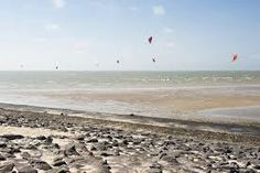 er is ook een strand waar je kan vliegeren lekker liggen moslenen vangen enz.