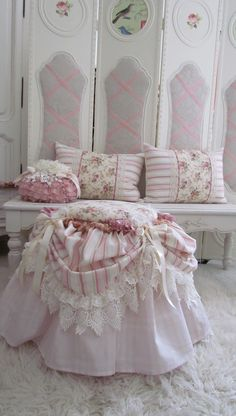 Shabby Chic Furniture In a family room, try to arrange your furniture into centers. Shabby Chic Pink, Shabby Chic Cottage, Vintage Shabby Chic, Shabby Chic Homes, Shabby Chic Style, Shabby Bedroom, Decoration Shabby, Shabby Chic Furniture, Furniture Projects