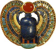 ESCARAVELHO Estima-se que o escaravelho tenha surgido no Império Médio e foi um dos amuletos mais populares do antigo Egito. Os egípcios acreditavam que ele era a representação de Khepri, uma forma de Ré (Ra). Notaram que os escaravelhos rolavam uma bola de esterco no chão e fizeram a comparação com o movimento do sol no céu. Além disso, seus filhotes saíam de dentro da bola de esterco e foi pensado que se autorreproduziam, fazendo uma alusão aos mitos de criação.