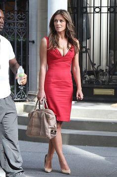 Elizabeth Hurley carrying Analeena on Gossip Girl Elizabeth Hurley, Elizabeth Jane, Gossip Girls, Leder Outfits, Elisabeth, Hollywood Glamour, Lady In Red, Celebrity Style, Celebrity News