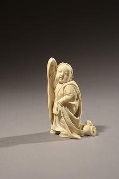 JAPON HOMME TENANT UNE SERVIETTE Netsuké en ivoire sculpté Époque Meiji, XIXe siècle Hauteur : 6 cm