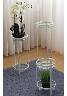 Diese tollen Blumenständer setzen Ihre Pflanzen gekonnt in Szene. Die Tische können aber auch als Beistelltische verwendet werden. Das Gestell ist pulverbeschichtet und jeder Tisch ist mit je 2 Platten aus Sicherheitsglas ausgestattet. Die Tische haben die Maße (B/T/H): Klein: 27/28/45 cm, Mittel: 27/28/66 cm, Groß: 27/28/86 cm.   Artikeldetails:  Toller Blumenständer, Gestell: weiß, pulverbesc...