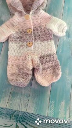 Crochet Onesie, Diy Crochet Doll, Crochet Doll Tutorial, Crochet Baby Jacket, Crochet Doll Clothes, Crochet For Boys, Knitted Baby Clothes, Baby Clothes Patterns, Baby Patterns