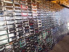 Laatikoineen kaltevahkolle seinälle