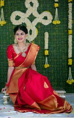 Traditional Southern Indian bride wearing bridal silk saree, jewellery and hairstyle. Indian Bridal Makeup, Indian Bridal Fashion, Indian Bridal Wear, Bride Indian, Kerala Bride, Indian Wedding Sarees, Red Saree Wedding, South Indian Wedding Saree, Tamil Wedding