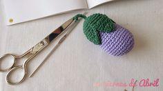 Mini-berenjena. Patrón de http://www.latiendadedmc.com/kit-de-amigurumi-frutas-y-verduras-cr027k-2416.html
