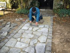 Install a natural stone driveway Outdoor Plants, Outdoor Gardens, Outdoor Decor, Garden Stones, Garden Paths, Side Walkway, Outdoor Fireplace Designs, Stone Driveway, Building Stone