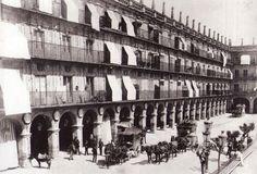 Salida de diligencias desde la antigua Casa de Postas de la plaza Mayor de Salamanca en llos años postreros siglo XIX. Venancio Gombau