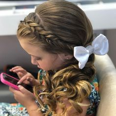Penteado para Daminha - Universo das Noivas Cute Little Girl Hairstyles, Flower Girl Hairstyles, Princess Hairstyles, Quince Hairstyles, Cute Hairstyles, Girls Updo, Girls Hairdos, Girls Braids, Flower Girl Updo