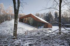Dutch Mountain  Le cabinet hollandais Denieuwegeneratie a réalisé une maison située sur une parcelle agricole au milieu d'un bois dans une réserve naturelle néerlandaise.