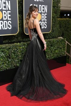 Stars arrive in stunning black ensembles at the 2018 Golden Globes, many in support of the Time's Up initiative. Margot Robbie, Kerry Washington, Allison Brie, Meryl Streep and Halle Berry, to name…