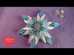 Estrella, Alina Boloban is a great talent with kanzashi. She makes excellent tutorials as well. Kanzashi Tutorial, Flower Tutorial, Ribbon Art, Diy Ribbon, Ribbon Crafts, Flower Crafts, Diy Crafts, Diy Christmas Snowflakes, Christmas Origami
