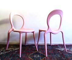 2 retro roze stoelen. Design Holly van Marcello Ziliani
