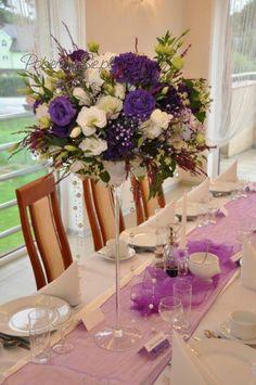 Dekoracja sali weselnej, dekoracja stołu weselnego, fiolet, biel, wazony martini, kwiaty