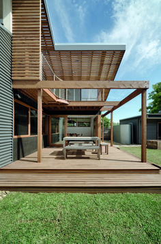 Zen Architects were hired to design a rear addition to a home in Melbourne's West Brunswick. A period home in Melbourne, named the Nest House, was extended to include an open living space and mezzanine, along with a partially covered outdoor space. Sustainable Architecture, Sustainable Design, Contemporary Architecture, Pavilion Architecture, Contemporary Homes, Residential Architecture, Landscape Architecture, Open Space Living, Open Plan Living