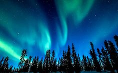 Las auroras boreales son un acontecimiento natural increíble que solo se puede ver en ciertos destinos. fenómenos que la naturaleza nos regala.