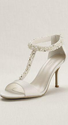 Zapatos con tacón bajo para novia 2015. Inspírate más en http://bodatotal.com/   zapatos de boda- zapatillas blancas- zapatos con perlas