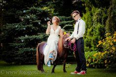 Kucyk bańki mydlane i kolorowe trampki na sesji ślubnej