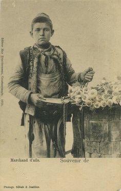 Sarımsak satıcısı muhtelemen Taşköprü (garlic seller -mercant d'ails). Istanbul, early 20th century. Sebah & Joaillier.