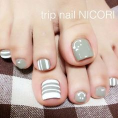 Here is a tutorial for an interesting Christmas nail art Silver glitter on a white background – a very elegant idea to welcome Christmas with style Decoration in a light garland for your Christmas nails Materials and tools needed: base… Continue Reading → Pedicure Designs, Pedicure Nail Art, Toe Nail Designs, Toe Nail Color, Toe Nail Art, Nail Colors, Pretty Toe Nails, Cute Toe Nails, Classy Nails