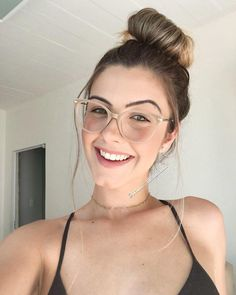 15 types of glasses that add a chic touch to your outfit - - 15 types of glasses that add a chic touch to your outfit – - Glasses Frames Trendy, Cool Glasses, New Glasses, Girls With Glasses, Stylish Glasses For Women, Transparent Glasses Frames, Retro Eye Glasses, Glasses Outfit, Glasses Style