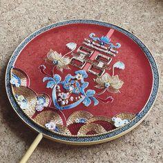 1ヶ月以上かかった力作✊ . お金持ちだったら鎌倉文学館のような洋館を買い取って、バラ棚で囲みたい🌹 . オーダー不可 . #刺しゅう #刺繍 #embroidery #handembroidery #バッグ #トートバッグ #bag #バラ #薔薇 #rose Chinese Theme, Chinese Fans, New Chinese, Chinese Culture, Couture Embroidery, Beaded Embroidery, Chinese Embroidery, Embroidery On Clothes, Paper Fans