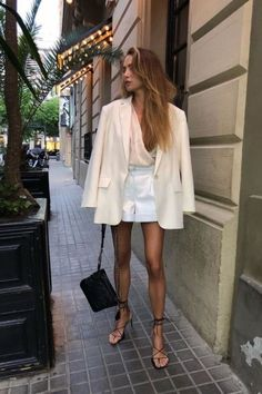 All white minimalistic outfit – white blazer – white short Very white minimalist outfit i – white blazer – white shorts Classy Outfits, Chic Outfits, Vintage Outfits, Fashion Outfits, Fashion Tips, Night Outfits, Fashion Moda, Look Fashion, Feminine Fashion