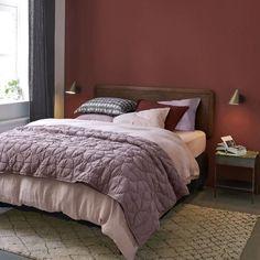Chambre aux couleurs chaleureuses. Tête de lit en noyer Elvard et boutis Gathelios en lin du catalogue AMPM collection automne hiver 2018 à feuilleter.