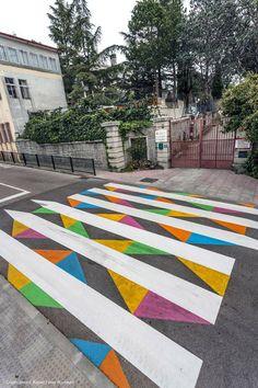 Yollarda biraz değişiklik yapma zamanı çoktan geldi de geçiyor. Bu işe sıkıcı yaya geçidi işaretlerini renklendirerek başlayabiliriz. Bulgar sokak tasarımcısı olan Christo Guelov da bu düşünceyi ge…
