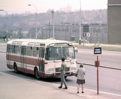 Autobusy v pražské MHD za posledních 90 let - Pražský patriot Bratislava, Commercial Vehicle, Street Photo, Old Pictures, Homeland, Czech Republic, Cities, Europe, Cars