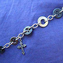 Knapparmband med metallknappar och kors