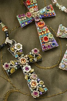 The glorious cross, remarkably depicted using beautiful stones and crystals. Let your faith shine forth and make a statement to those around you. Celebrate Christ's love for you with this exquisite ge
