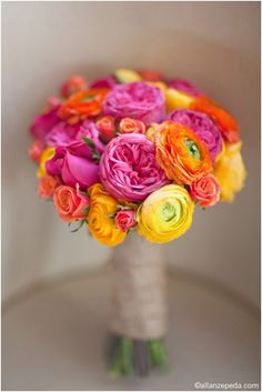 Ramo muy alegre en rosa, naranja y amarillo. Ranúnculos, rosas de jardín y rosas ramificadas :: Hot pink, orange, and yellow rose, garden rose, and ranunculus bouquet.