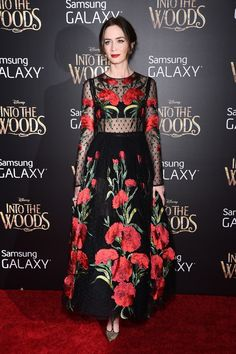 43d58cf2676cb Emily Blunt Wows in Dolce   Gabbana Look at