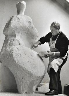 Henry Moore was a English sculptor. Henry Moore is especially with the general public . Abstract Sculpture, Sculpture Art, Metal Sculptures, Bronze Sculpture, Artist Art, Artist At Work, Henry Moore Sculptures, Sculpture Projects, English Artists