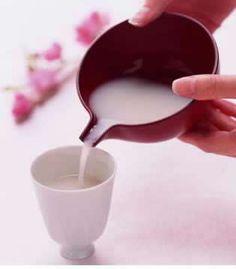 桃の節句といえば「白酒」です。白酒とは、蒸した米とこうじにみりんを混ぜて作る甘いにごり酒のことで、江戸時代からひな祭りに供えるようになりました。 また、清酒に桃の花を浮かべた「桃花酒」も、万病を防ぎ長寿を保つ縁起の良いお酒とされています。