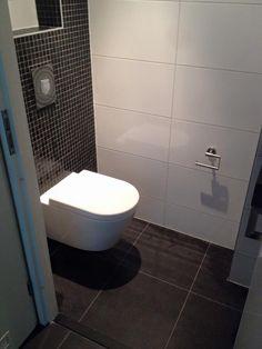 Strakke toiletruimte met prachtige glans & mat zwarte mozaïek tegels combineert met strakke witte wandtegels Modern Toilet, Small Toilet, Bathroom Toilets, Home Deco, House Design, Moodboards, Design Bathroom, Houses, Bath