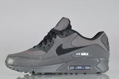 Steppin' through the smog comes this pair of Air Max 90′s in a stealthy midnight fog colourway. Dipped in smokey grey tones from heel to toe, the charred black swoosh stand out strongly and is …