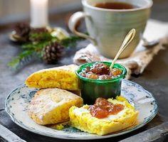 Krydda sconesfrukosten med saffran! Scones är perfekt en skön helgmorgon – kanske som julfrukost – och enkelt att röra ihop. På en timme har du fixat ljumma och nybakta bröd på frukostbordet.