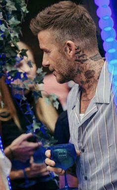 David Beckham Tattoos, David Beckham Haircut, David Beckham Style, Mens Haircuts Short Hair, Trendy Hairstyles, Hair And Beard Styles, Curly Hair Styles, Formal Attire For Men, Afro