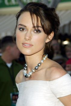 Keira Knightley: Look Book 2003 Still finding her feet style-wise, Keira Knightley does a loose, unstructured up-do in a dark chestnut shade and a subtly-shadowed eye for the Pirates of the Caribbean premiere. Keira Knightley Hair, Keira Christina Knightley, Kira Knightly, The Pirates, Pirates Of The Caribbean, Elizabeth Swann, Hottest Female Celebrities, Celebs, Imitation Game