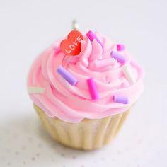 """★ Epinglé par www.la-petite-epicerie.fr Tutos et fournitures pour le Do It Yourself ★ « Nous avons refait pleiiiin de kits """"cupcakes"""" pour nos gourmands préférés #bijouxgourmands #cupcakes #diy #lapetiteepicerie #fimo #kit »"""