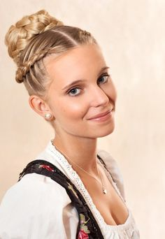 Google Image Result for http://imworld.aufeminin.com/dossiers/D20120815/wiesn-frisuren-ThomasKemper-8228-171754_L.jpg